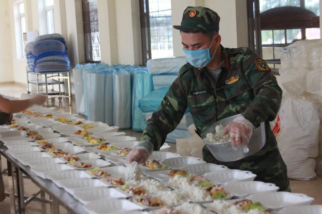 'Đột nhập' bếp ăn quân đội phục vụ hàng trăm người ở khu cách ly Hà Nội ảnh 5