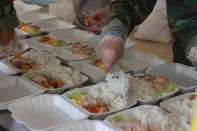 'Đột nhập' bếp ăn quân đội phục vụ hàng trăm người ở khu cách ly Hà Nội ảnh 6