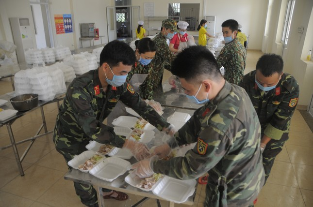 'Đột nhập' bếp ăn quân đội phục vụ hàng trăm người ở khu cách ly Hà Nội ảnh 7
