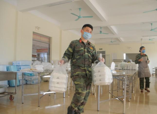 'Đột nhập' bếp ăn quân đội phục vụ hàng trăm người ở khu cách ly Hà Nội ảnh 8