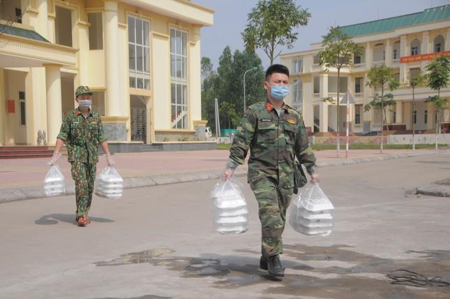 'Đột nhập' bếp ăn quân đội phục vụ hàng trăm người ở khu cách ly Hà Nội ảnh 9