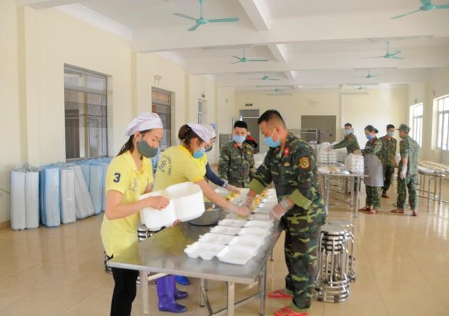 'Đột nhập' bếp ăn quân đội phục vụ hàng trăm người ở khu cách ly Hà Nội ảnh 1