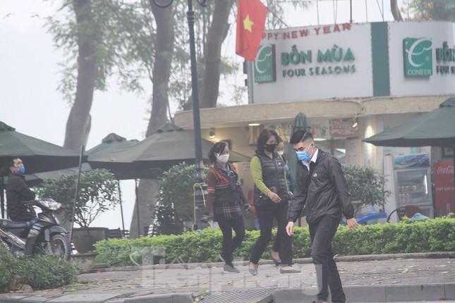 Ngày đầu bắt buộc đeo khẩu trang nơi công cộng ở Hà Nội ảnh 10