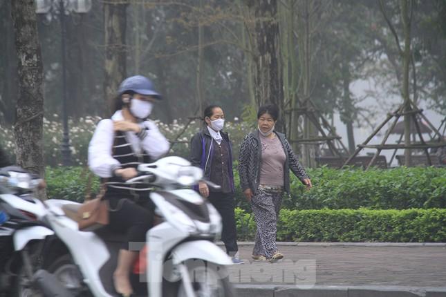 Ngày đầu bắt buộc đeo khẩu trang nơi công cộng ở Hà Nội ảnh 7