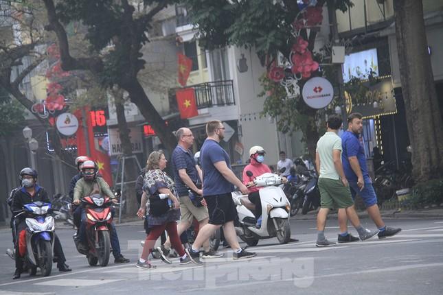 Ngày đầu bắt buộc đeo khẩu trang nơi công cộng ở Hà Nội ảnh 4