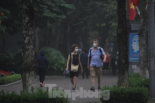 Ngày đầu bắt buộc đeo khẩu trang nơi công cộng ở Hà Nội ảnh 5