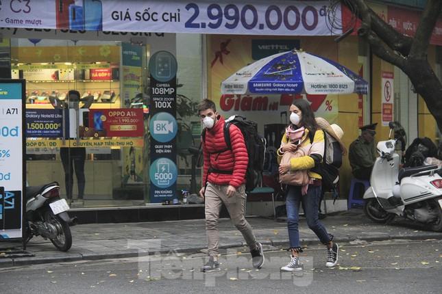 Ngày đầu bắt buộc đeo khẩu trang nơi công cộng ở Hà Nội ảnh 6