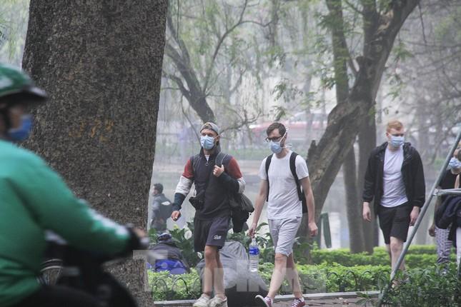Ngày đầu bắt buộc đeo khẩu trang nơi công cộng ở Hà Nội ảnh 8
