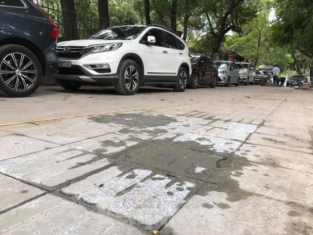Hà Nội: Vỉa hè chưa lát đá xong, ô tô đã đỗ kín ảnh 2