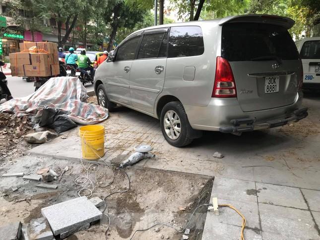 Hà Nội: Vỉa hè chưa lát đá xong, ô tô đã đỗ kín ảnh 3