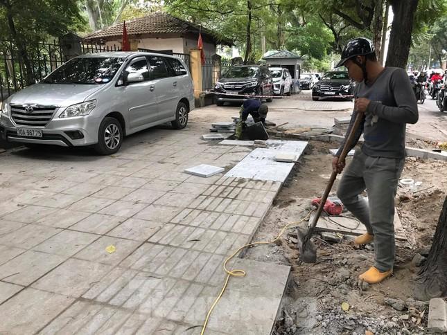 Hà Nội: Vỉa hè chưa lát đá xong, ô tô đã đỗ kín ảnh 4