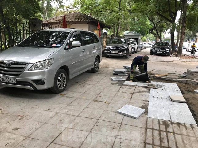 Hà Nội: Vỉa hè chưa lát đá xong, ô tô đã đỗ kín ảnh 5