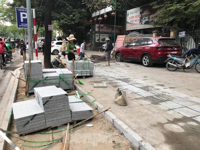 Hà Nội: Vỉa hè chưa lát đá xong, ô tô đã đỗ kín ảnh 6