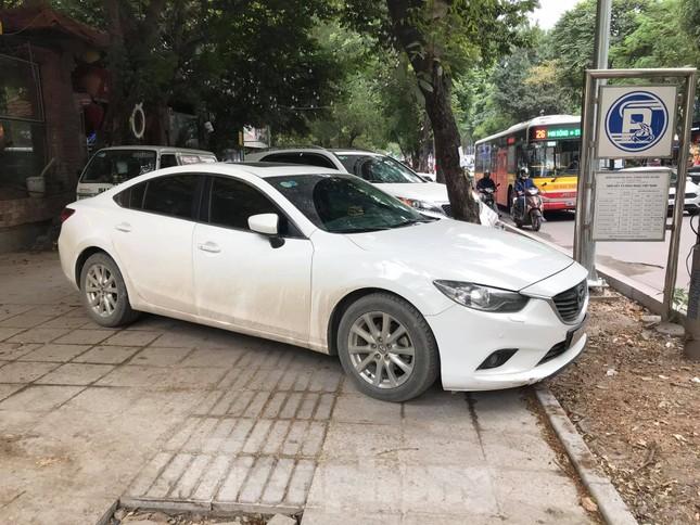 Hà Nội: Vỉa hè chưa lát đá xong, ô tô đã đỗ kín ảnh 7