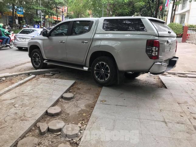 Hà Nội: Vỉa hè chưa lát đá xong, ô tô đã đỗ kín ảnh 8