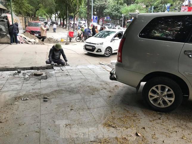 Hà Nội: Vỉa hè chưa lát đá xong, ô tô đã đỗ kín ảnh 9
