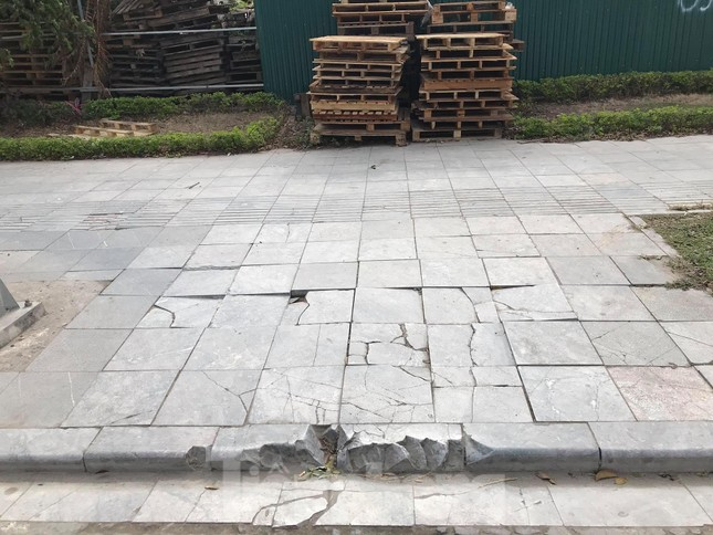 Vỉa hè đá tự nhiên nhiều tuyến phố Hà Nội hư hỏng, nát bét ảnh 10