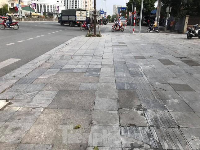 Vỉa hè đá tự nhiên nhiều tuyến phố Hà Nội hư hỏng, nát bét ảnh 12
