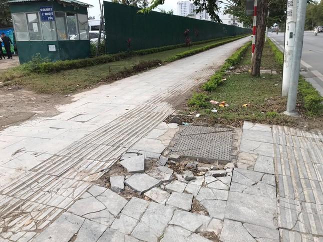Vỉa hè đá tự nhiên nhiều tuyến phố Hà Nội hư hỏng, nát bét ảnh 2