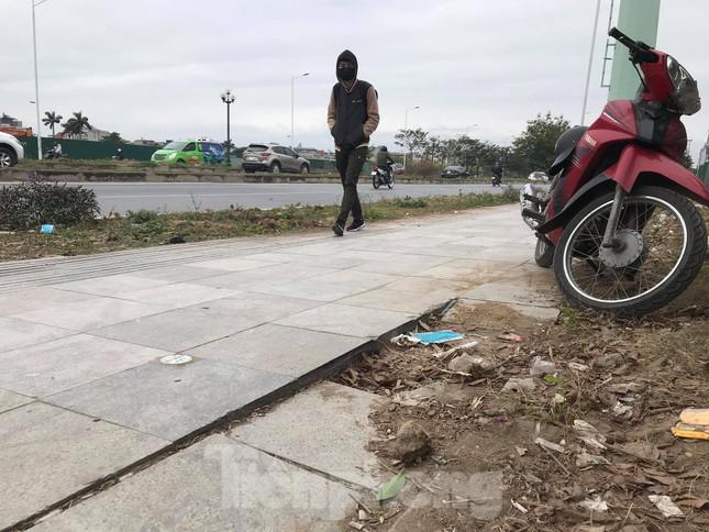 Vỉa hè đá tự nhiên nhiều tuyến phố Hà Nội hư hỏng, nát bét ảnh 3