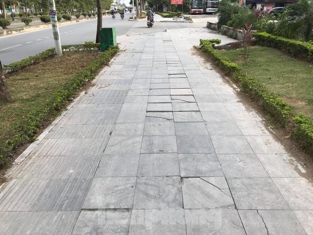 Vỉa hè đá tự nhiên nhiều tuyến phố Hà Nội hư hỏng, nát bét ảnh 4