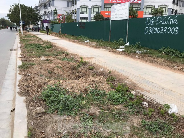 Vỉa hè đá tự nhiên nhiều tuyến phố Hà Nội hư hỏng, nát bét ảnh 5
