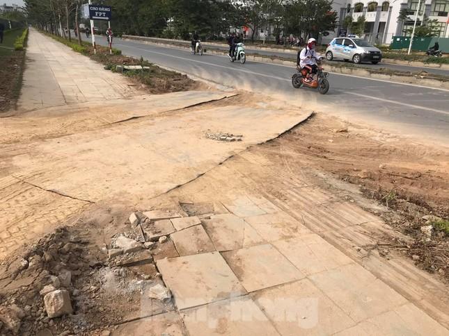 Vỉa hè đá tự nhiên nhiều tuyến phố Hà Nội hư hỏng, nát bét ảnh 6