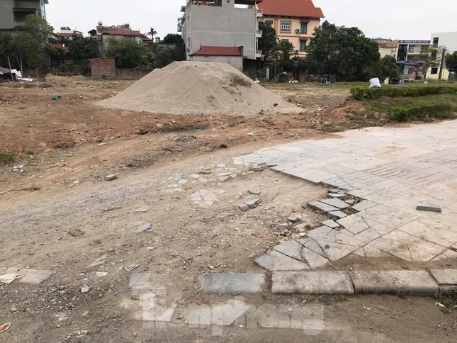 Vỉa hè đá tự nhiên nhiều tuyến phố Hà Nội hư hỏng, nát bét ảnh 8