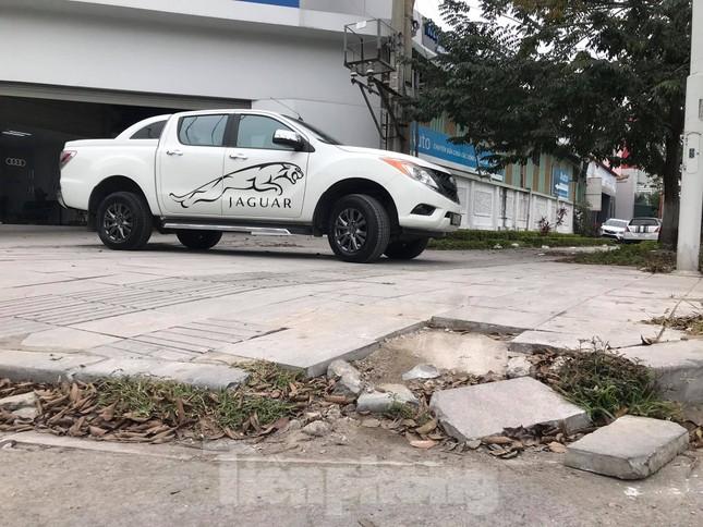 Vỉa hè đá tự nhiên nhiều tuyến phố Hà Nội hư hỏng, nát bét ảnh 9