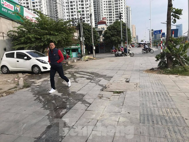 Vỉa hè đá tự nhiên nhiều tuyến phố Hà Nội hư hỏng, nát bét ảnh 1