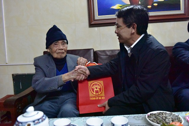 Hà Nội tặng quà Tết các gia đình chính sách, lão thành cách mạng ảnh 1
