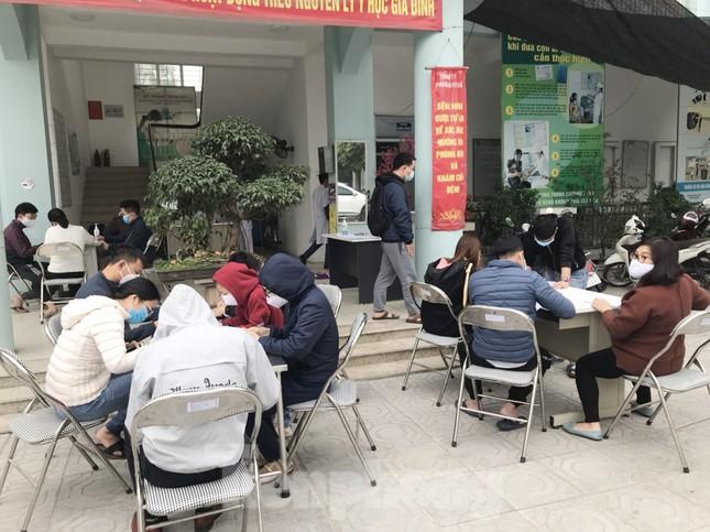 Hà Nội: Cận cảnh lấy mẫu xét nghiệm những người về từ tỉnh Hải Dương ảnh 3