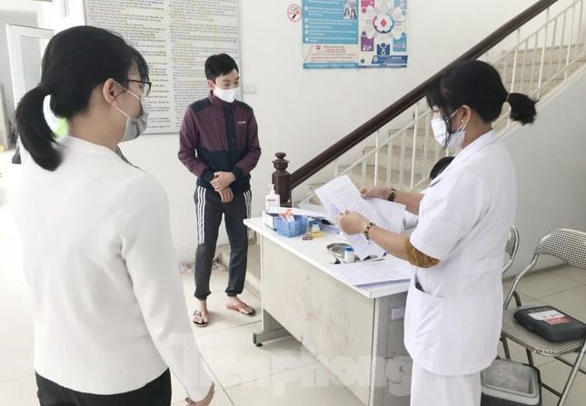 Hà Nội: Cận cảnh lấy mẫu xét nghiệm những người về từ tỉnh Hải Dương ảnh 1