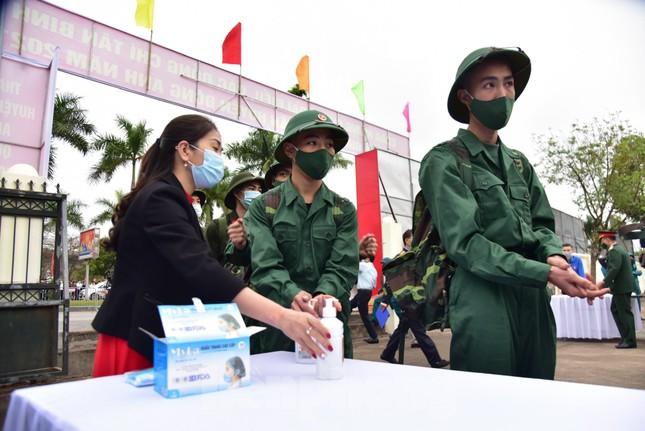 Bí thư Vương Đình Huệ tặng hoa, tiễn tân binh lên đường nhập ngũ ảnh 3