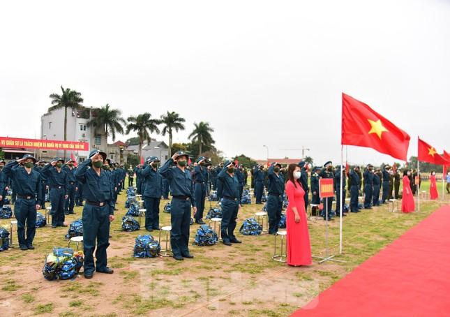Bí thư Vương Đình Huệ tặng hoa, tiễn tân binh lên đường nhập ngũ ảnh 4