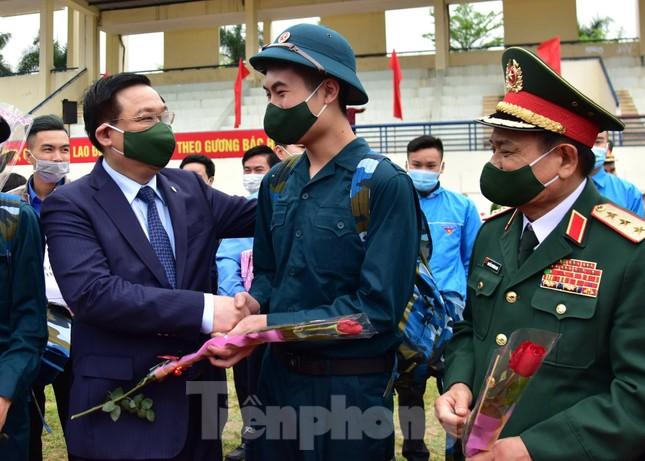Bí thư Vương Đình Huệ tặng hoa, tiễn tân binh lên đường nhập ngũ ảnh 6