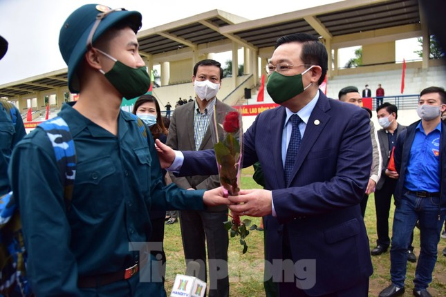 Bí thư Vương Đình Huệ tặng hoa, tiễn tân binh lên đường nhập ngũ ảnh 7