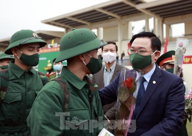 Bí thư Vương Đình Huệ tặng hoa, tiễn tân binh lên đường nhập ngũ ảnh 8