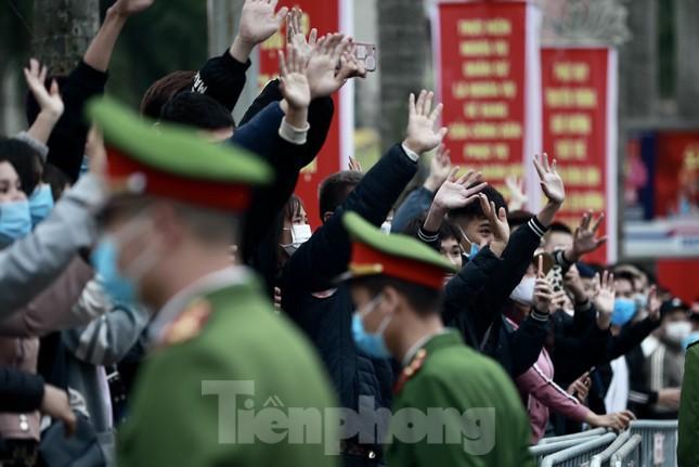 Bí thư Vương Đình Huệ tặng hoa, tiễn tân binh lên đường nhập ngũ ảnh 11