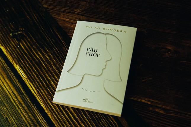 """""""Căn cước"""" - Tiểu thuyết """"Kundera phiên bản bỏ túi"""" tái ngộ độc giả sau hơn 20 năm ảnh 1"""