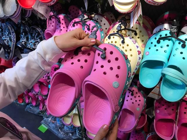 Giày dép 'kiểu mới' gắn hình thú trang trí hút người dân Sài Gòn ảnh 2