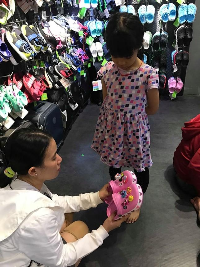 Giày dép 'kiểu mới' gắn hình thú trang trí hút người dân Sài Gòn ảnh 10