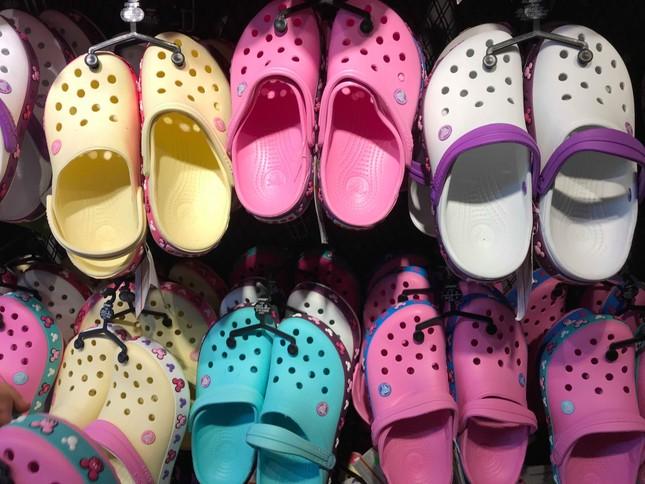 Giày dép 'kiểu mới' gắn hình thú trang trí hút người dân Sài Gòn ảnh 3