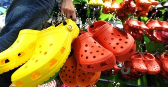Giày dép 'kiểu mới' gắn hình thú trang trí hút người dân Sài Gòn ảnh 1