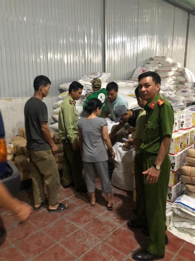 TPHCM bắt hơn 10 tấn đường lậu chuẩn bị tung ra thị trường ảnh 1