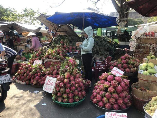 Trái cây 'khổng lồ' gắn mác ngoại bày bán giá rẻ trên vỉa hè Sài Gòn ảnh 14
