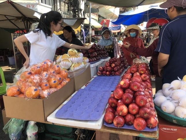 Trái cây 'khổng lồ' gắn mác ngoại bày bán giá rẻ trên vỉa hè Sài Gòn ảnh 10