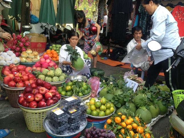 Trái cây 'khổng lồ' gắn mác ngoại bày bán giá rẻ trên vỉa hè Sài Gòn ảnh 8