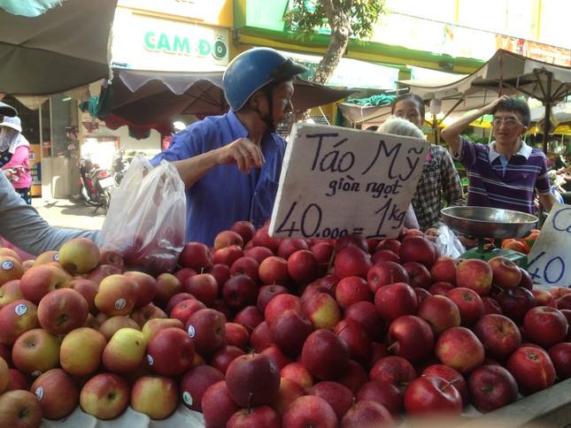 Trái cây 'khổng lồ' gắn mác ngoại bày bán giá rẻ trên vỉa hè Sài Gòn ảnh 7