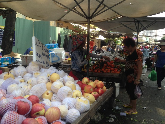 Trái cây 'khổng lồ' gắn mác ngoại bày bán giá rẻ trên vỉa hè Sài Gòn ảnh 11